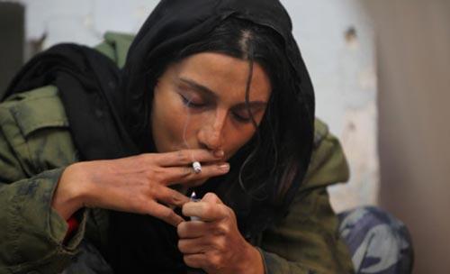 بازیگرزن ایرانی درحال کشیدن مواد/عکس